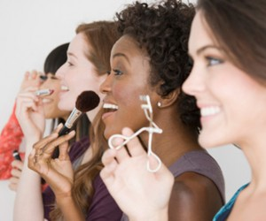 women-sharing-makeup