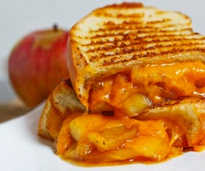 Apple Pie Grilled Cheese Is The Afternoon Snack You Need In Your Life